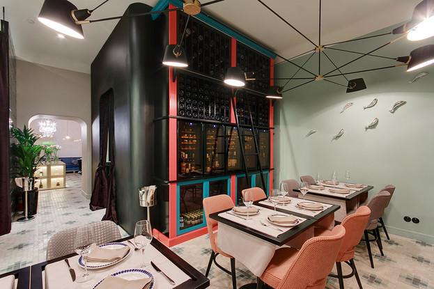 Зал с открытой кухней 12 п/м, барная стойка 4 п/м.