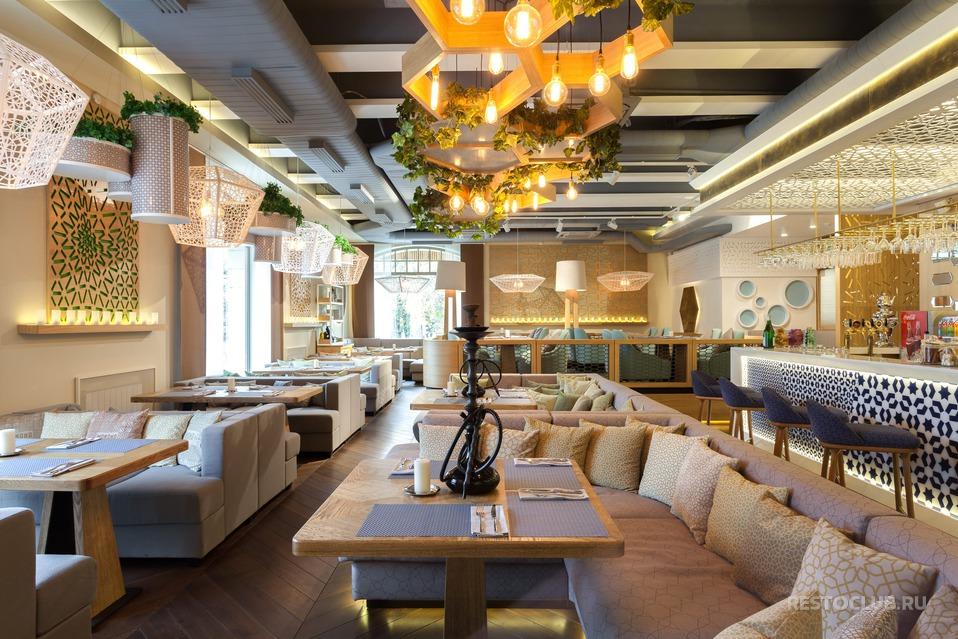 Приглушенный свет, комфортные большие диваны создают атмосферу отдыха.