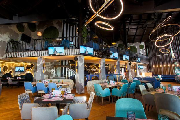 1 этаж- танцплощадка, сцена, 2 зоны для гостей, контактная барная стойка, закрытая зимняя терраса. Большая детская комната.