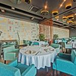 Fine Dining, панорамный вид, мягкие стулья в березовых и оранжевых тонах. Белый текстиль с полноценным накрытием