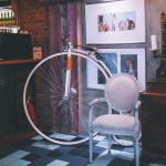 Мягкие диваны, кресла, интерьер в стиле подводной лодки с иллюминаторами.