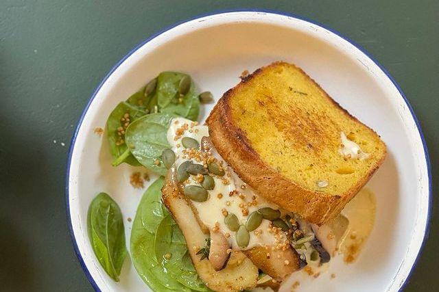 сэндвич с грибами и соусом из печеного чеснока на безглютеновом тыквенном хлебе