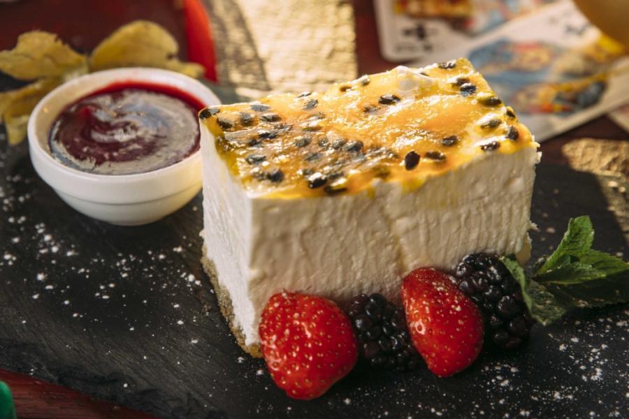 Чизкейк с маракуйей с малиновым соусом и сезонными ягодами(270 руб.)