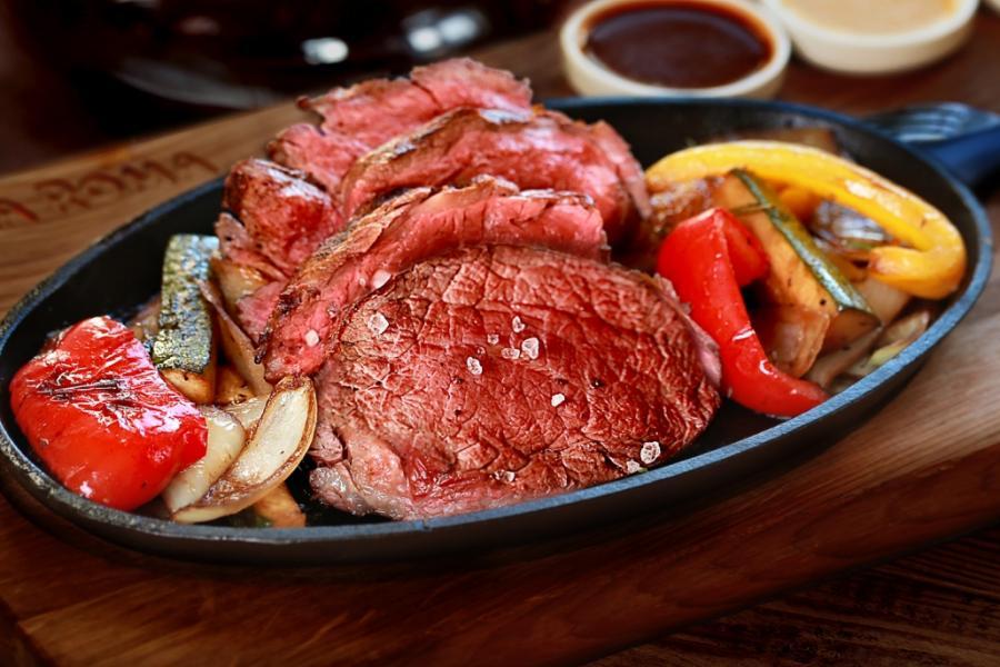 """Сочная говядина с овощами """"Бальзамико"""" и тремя соусами на сковороде(695 руб.)"""