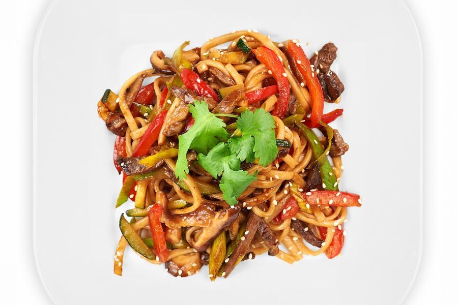 Удон с говядиной и овощами(590 руб.)