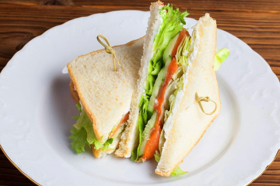 Сэндвич с лососем слабой соли и свежим салатом (300 руб.)