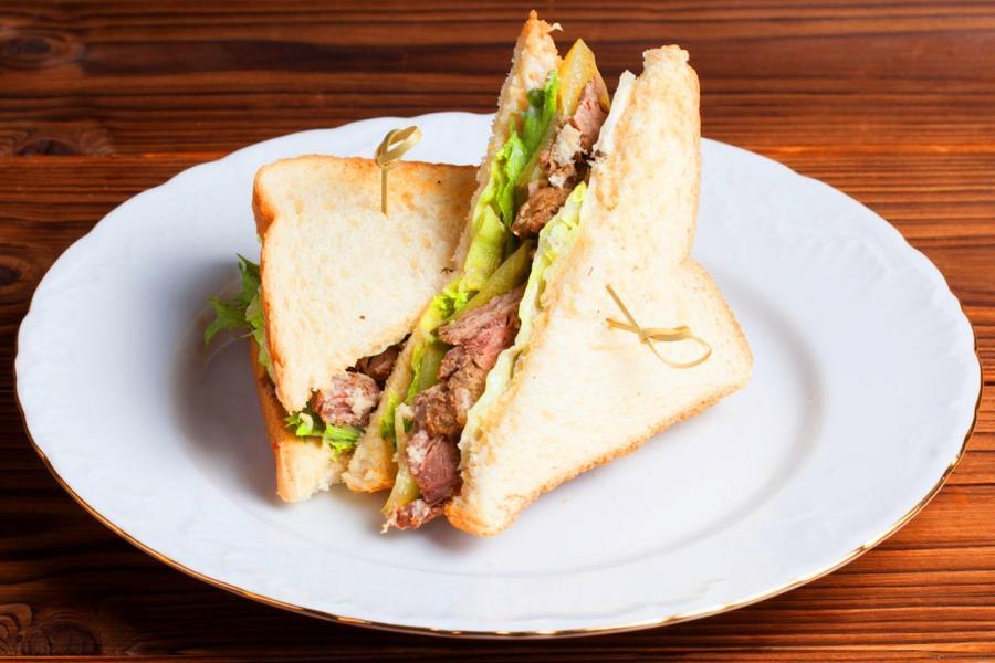 Сэндвич с лососем слабой соли и свежим салатом (250 руб.)