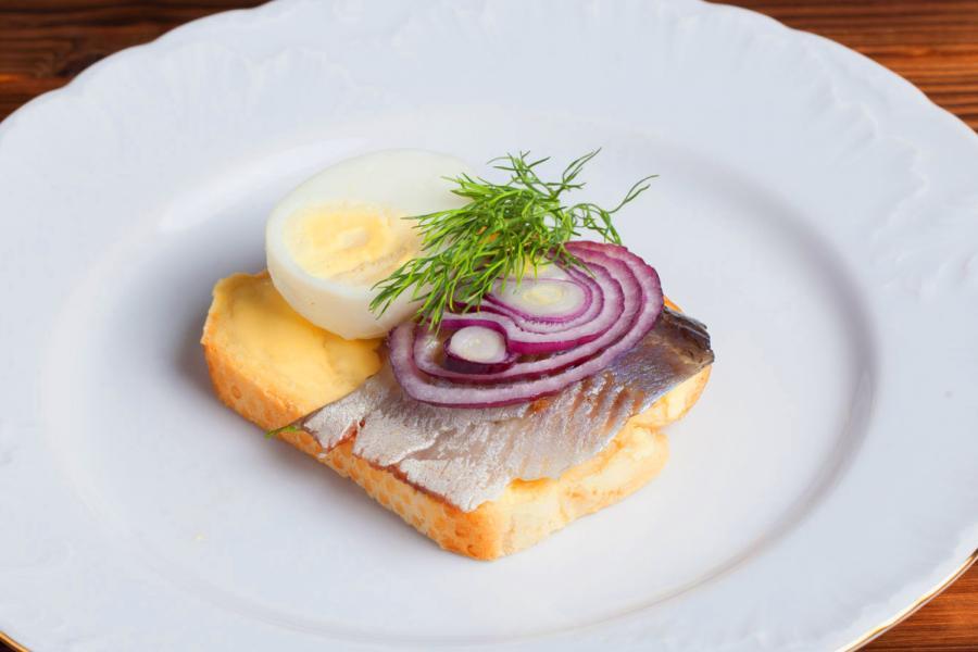 Русский бутерброд с сельдью да яйцом (150 руб.)