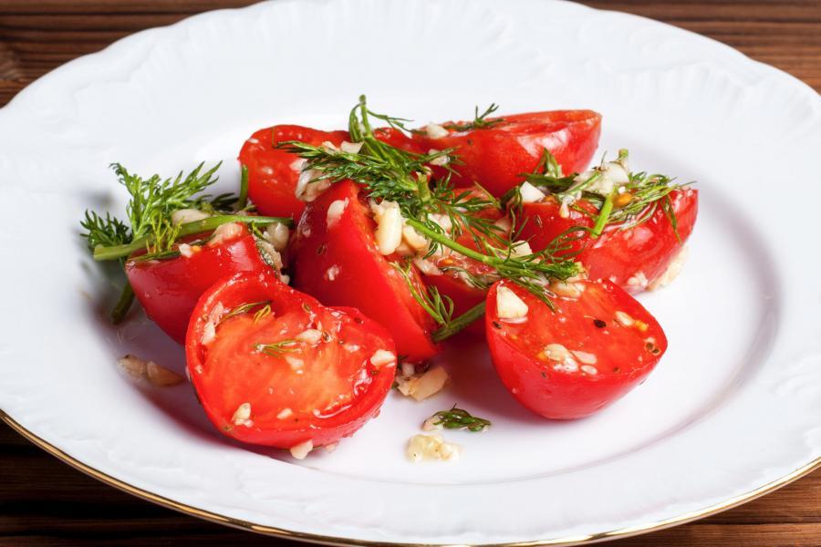 Помидоры красные соленые с чесноком(450 руб.)
