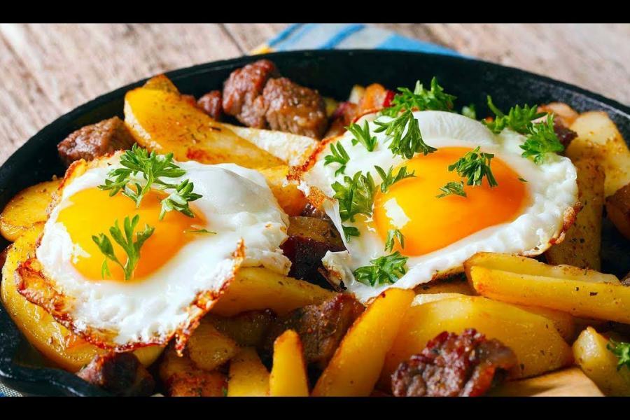 Глазунья с жареной картошкой по-домашнему (120 руб.)