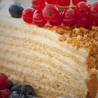 Медовик со свежими ягодами(290 руб.)