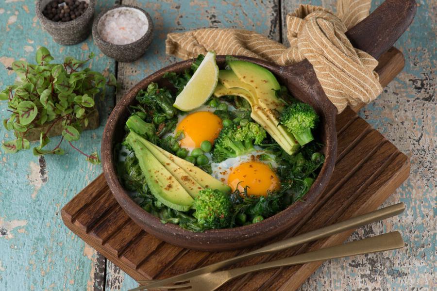 яичница ароматная с зеленью, авокадо и шпинатом(420 руб.)