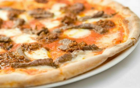 пицца с соусом болоньезе и красным луком(590 руб.)