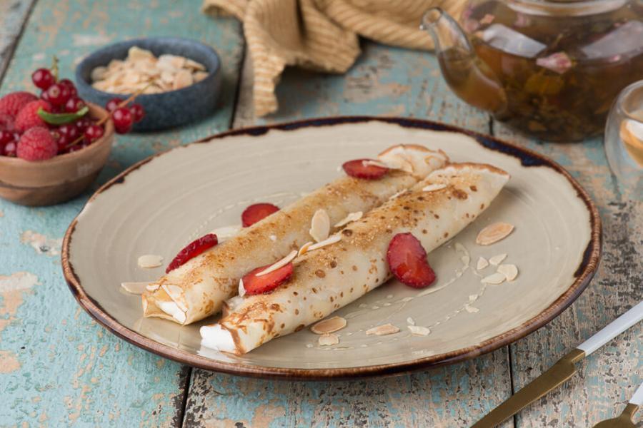 Блинчики со свежей клубникой и нежным сырным кремом(290 руб.)