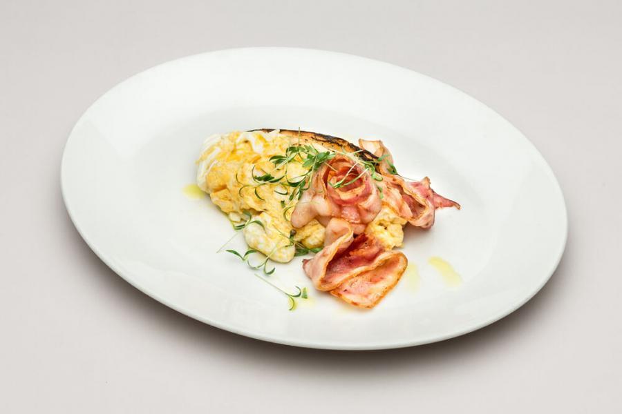 яйца-скрэмбл с беконом и брускеттой(360 руб.)