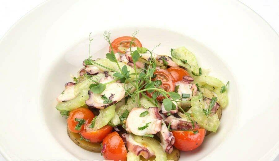 салат с осьминогом(1490 руб.)