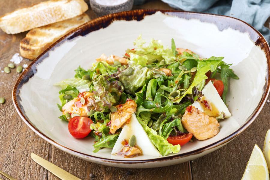 теплый салат с лососем(680 руб.)