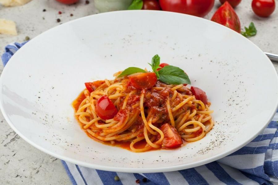 спагетти с томатами черри и базиликом(340 руб.)