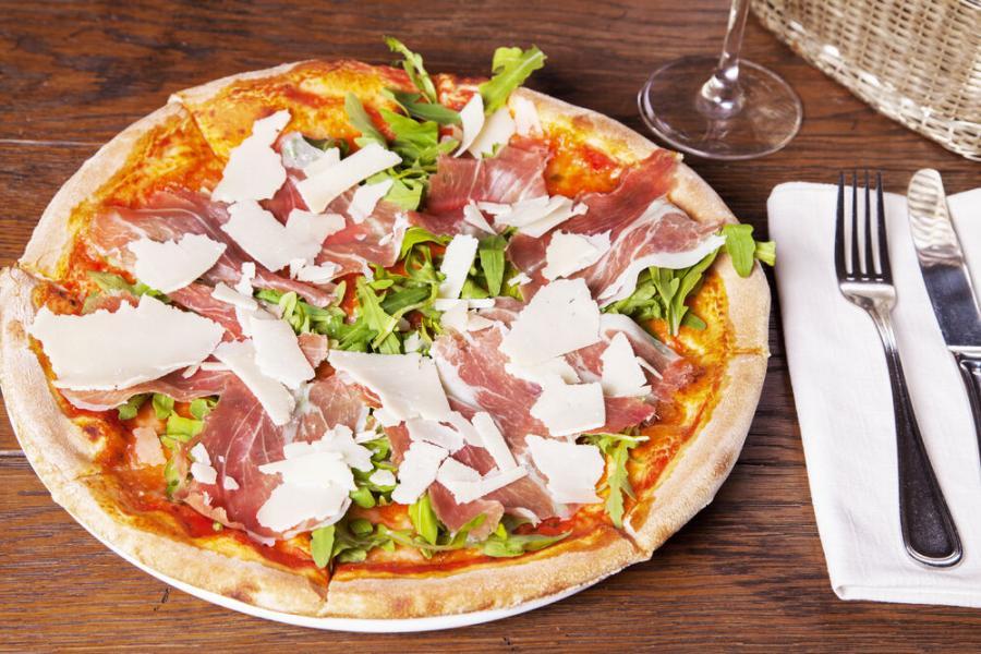 пицца с пармской ветчинойукколой и пармезаном(790 руб.)