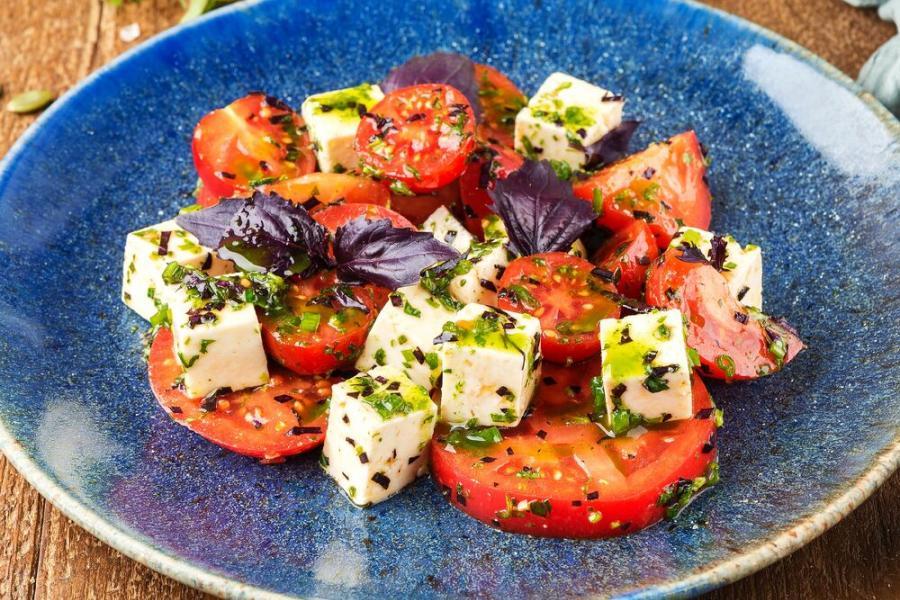 салат с томатами и домашним сыром(480 руб.)