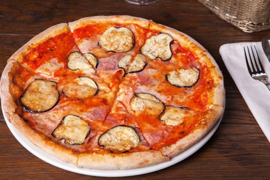 пицца с баклажанами, ветчиной и пармезаном(590 руб.)