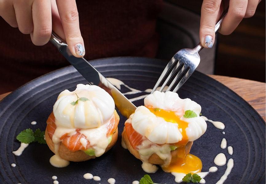 яйца бенедикт с лососем и гуакамоле