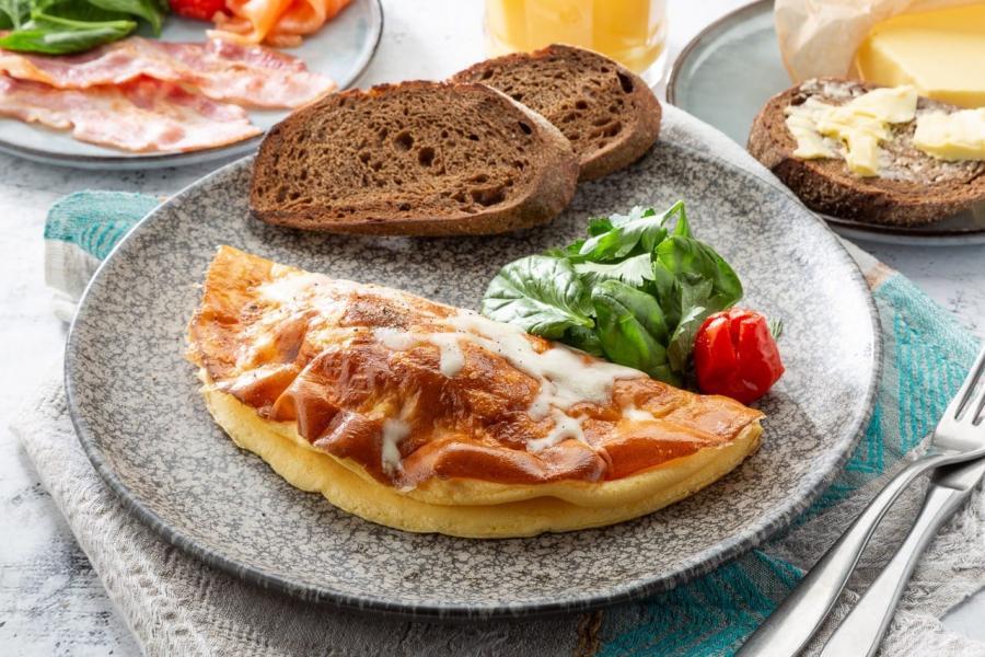 омлет с сыром и хрустящим салатным миксом. Подается с теплым домашним хлебом и зеленью