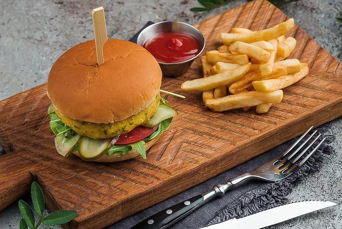 вегетарианский бургер с котлетой из фалафеля и картофелем фри