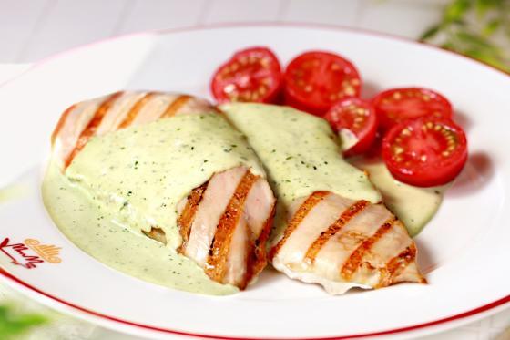 Куриное филе с сыром горгонзола в соусе песто(345 руб.)