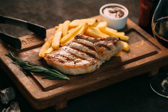 Сочный стейк из свинины с запеченным картофелем(495 руб.)