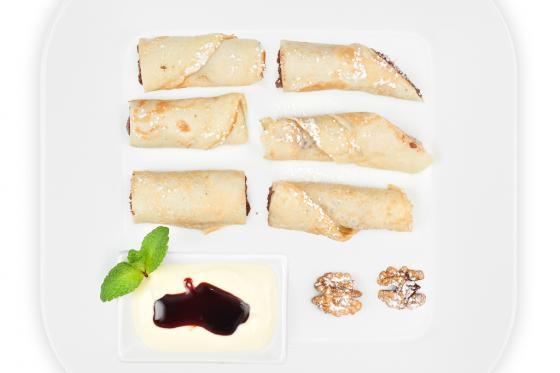 Блинчики с орехово-шоколадной начинкой и ванильным соусом(320 руб.)