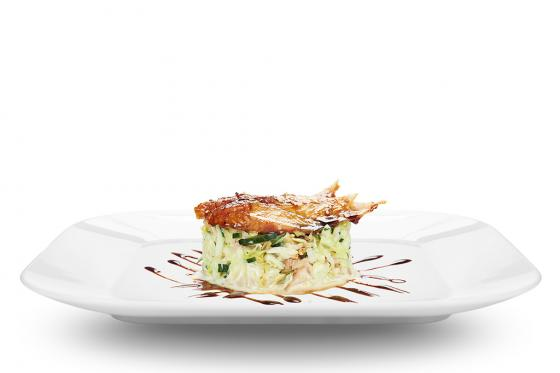 Салат с угрем, курицей и японским омлетом(550 руб.)