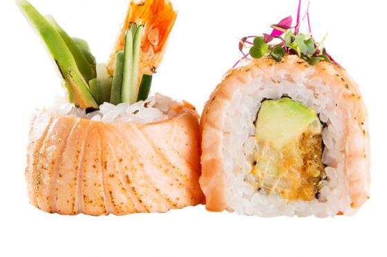 Ролл с опаленным лососем, крабом и спайси соусом(1090 руб.)