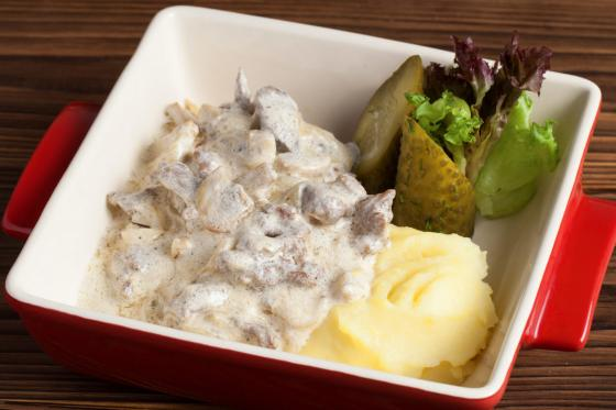 Бефстроганов с грибами и картофельным пюре(750 руб.)