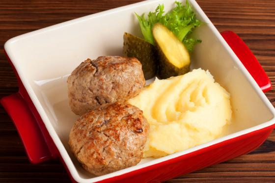 Домашние котлеты с картофельным пюре и солеными огурцами (540 руб.)
