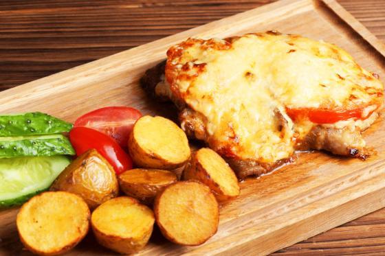 Свинина по-французски с золотистым картофелем (750 руб.)