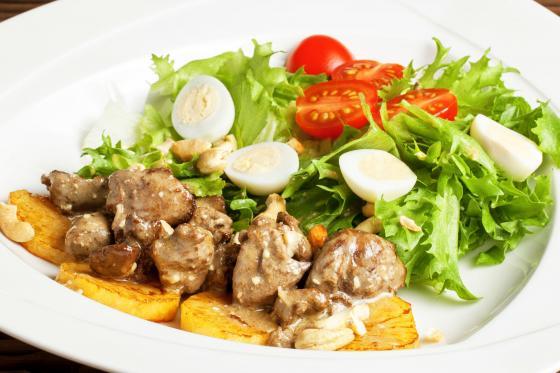 Теплый салат с куриной печенью (450 руб.)