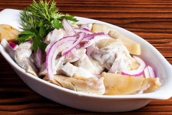 Грузди соленые в бочке с маслом, луком и деревенской сметаной (690 руб.)