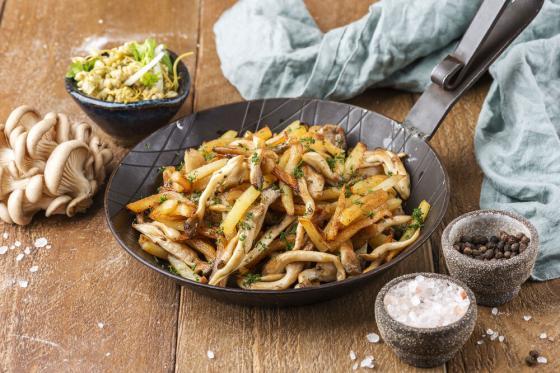 жареный картофель с сезонными грибами и джонджоли(340 руб.)