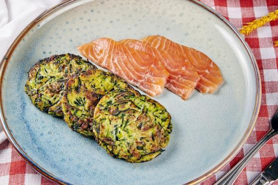 оладьи из цукини с лососем и сливочным кремом(490 руб.)