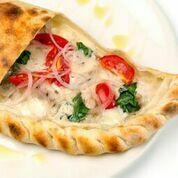 пицца кальцоне с курицей и соусом бешамель(390 руб.)