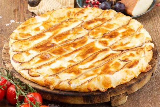 хачапури с копченым сыром сулугуни(530 руб.)
