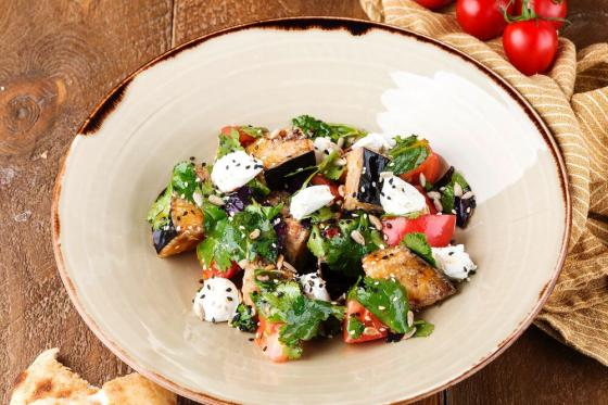 салат с хрустящими баклажанами(520 руб.)