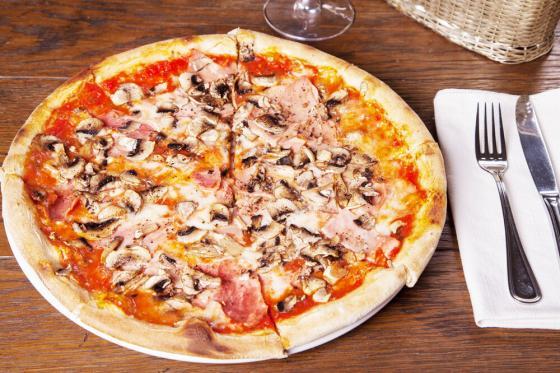 пицца с ветчиной и грибами(590 руб.)