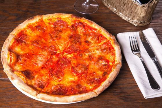 пицца с салями и моцареллой(590 руб.)