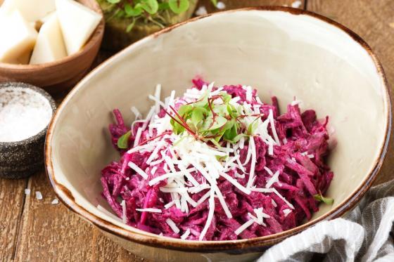 свекольный салат с телятиной и козьим сыром(420 руб.)