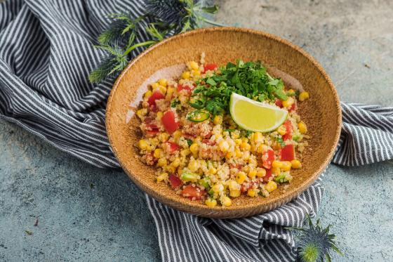 салат с киноа и кукурузой(420 руб.)