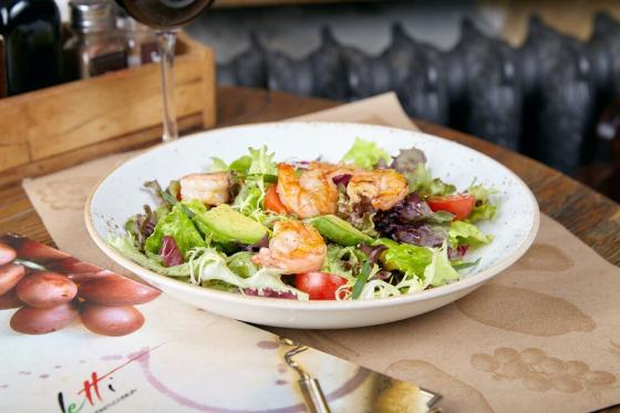 микс-салат с креветками и авокадо(790 руб.)
