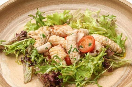 мини-кальмары с микс-салатом(560 руб.)