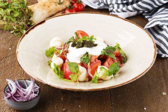 "салат из свежих томатов с соусом ""мацони""(420 руб.)"